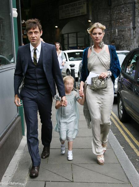 Az ifjú pár, köztük Moss kislánya / Fotó: Xposurephotos