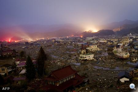 Kessennuma város látképe kilenc nappal a katasztrófa után