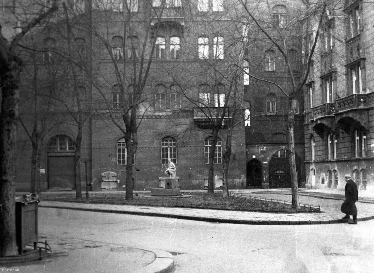 """""""Józsefváros, a legszolidabb""""– írta Babits a Mikszáth Kálmán térről és környékéről a harmincas években. Nem volt ez mindig így, az 1820-as években még egészen vadregényes volt itt az élet, a mai Palotanegyedet leginkább botrányfészekként emlegették. A """"kis Vatikánban""""  Budapest100 hétvégén felvonul a Pomázi Tűzoltózenekar, kinyit az egykori Tilos az Á-féle ház és a közeli Lőrinc pap tér 3., a volt kakucsi Liebner-ház. A Lőrinc pap téri spontán ping-pong bajnokságot biztosan sokáig emlegeti majd a józsefvárosi sporttörténet."""