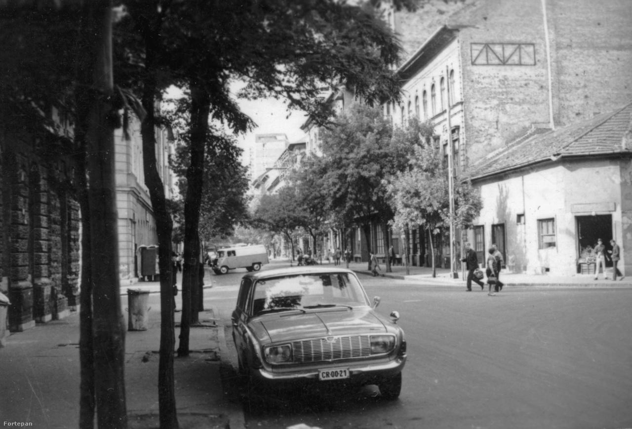 """A Mátyás tér is már többszörös szereplője a Budapest100-nak. A programfüzet rókatündéreket, szívmuzsikusokat, Mándykat és József Attilákat, édes Emmákat, drága Böbéket, tolvajokat,  lecsúszottakat és régi-új dzsentriket emleget és Granasztói Pált idéz: """"…a Mátyás tér csakugyan olyannak látszott, mintha álmomban látnám, vagy már láttam volna, és azon sem csodálkoznék, ha újból meg sem találnám."""" A Műterem Kávézóban téren játszódó filmrészleteket vetítenek, a környék  kriminális kanálisába Bezsenyi Tamás vezet be. Letölthető egy app, az Elveszve a sötétben – Józsefváros rejtett arca, mellyel felfedezhetők a nyolcadik kerület megnyíló házai és terei."""