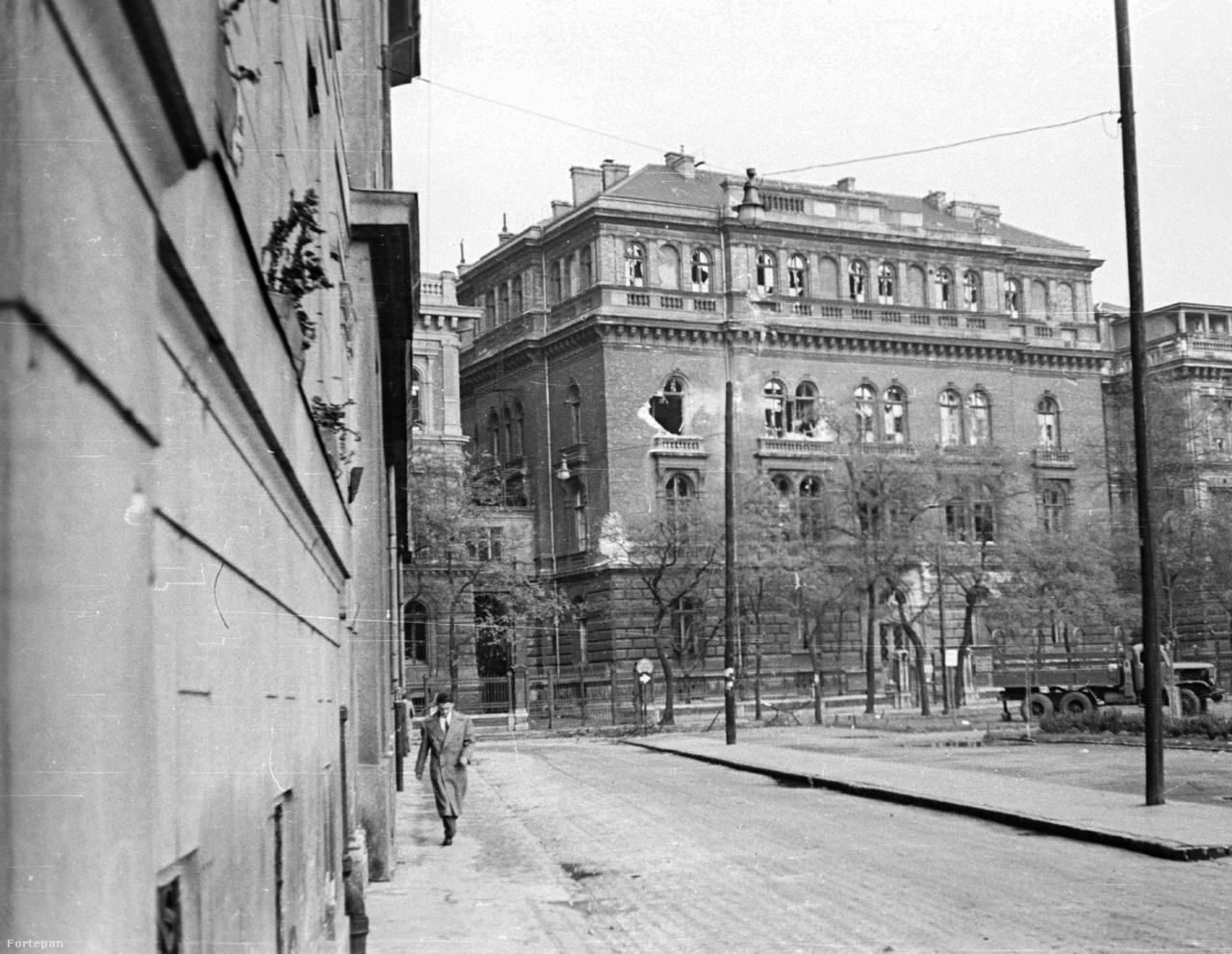 A szokatlan alakú Markosovszky tér a Ferencvárosi Dohánygyár épületeinek bontását követően, illetve a második világháborúban romba dőlt épületek helyén alakult ki. Nevét az Országos Közegészségügyi Egyesület alapítójáról, Markusovszky Lajos orvosprofesszorról kapta. A Pál utcai fiúk erre jártak iskolába és a grundra, így nem meglepő, hogy a szombati maratoni felolvasást Molnár Ferenc regényéből  tartják. Sétával idézik fel a Kultiplex és a Blue Box mozi legérdekesebb sztorijait, a Fortepan és a lakók gyűjtéséből származó fotókat vetítenek.