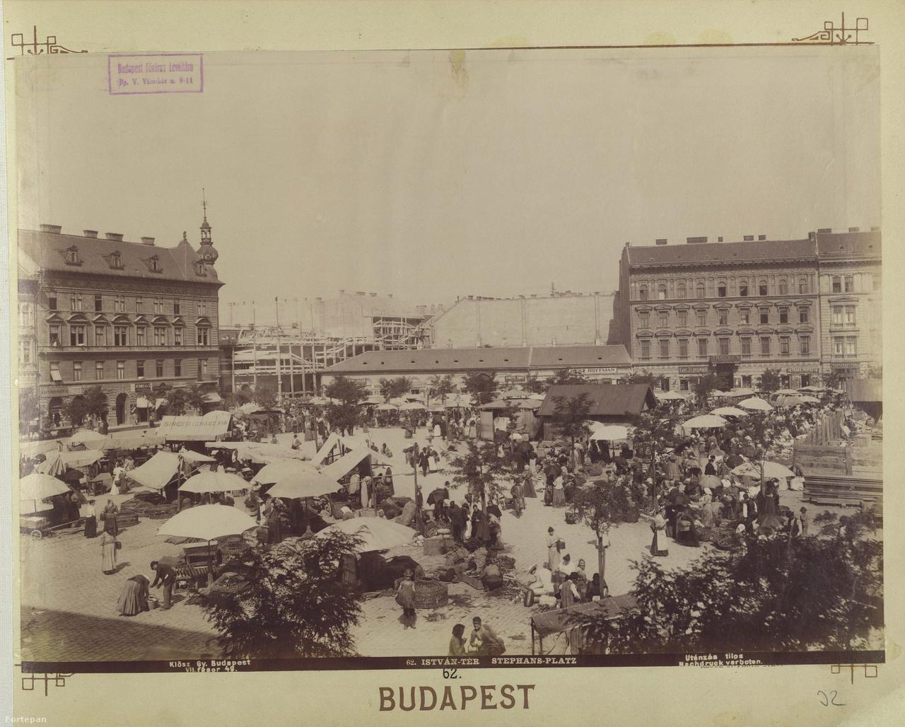 A századforduló előtt szabadtéri volt, ma már tető alá került – mindenesetre a piac mindig fontos szerepet játszott a Klauzál tér életében. A második világháború előtt legendás cselédpiac működött a téren, az egyik legjobb cselédszerző hely a városban: a Keletiből egyenesen ide vezetett a parasztlányok útja. A Budapest100-ra az Idegenforgalmi Szakkönyvtár (Klauzál tér 5.) Klauzál Kalauzt nyom az érdeklődők kezébe, amelyből a nyomozós játék folyamán fény derül a tér és a teret körülvevő házak lakóinak titkaira. Lesz könyvcserebere és olvasósarok, kertbejárás a Kisdiófa Közösségi Kertben és tértörténet a Klauzál13 Könyvesboltban.