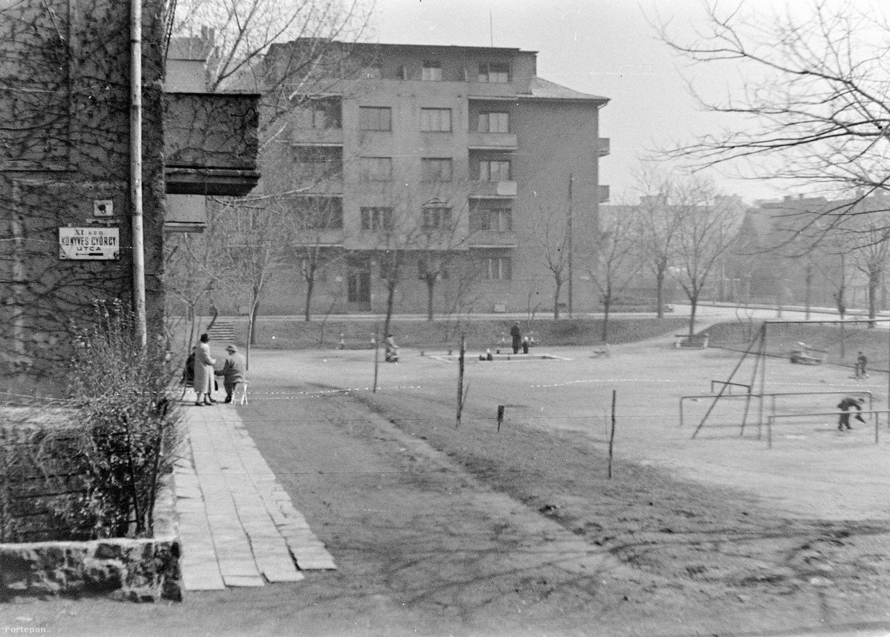 A résztvevő terek egyik legkisebbike a Lenke út, Fadrusz utca és Fehérvári út közötti süllyesztett terepű, 1931-ig névtelen újbudai Károli Gáspár tér. Van itt zsinagóga, evangélikus templom, játszótér és május első hétvégéjén lesz tértörténeti kiállítás, könyvcsere, térfelfedezés gyerekeknek. Vasárnap az egykori és jelenlegi lakók, csatlakozó Budapest100-turisták személyes emlékekről és a kiharcolt térfelújításról beszélgetnek –  limonádézás közben.