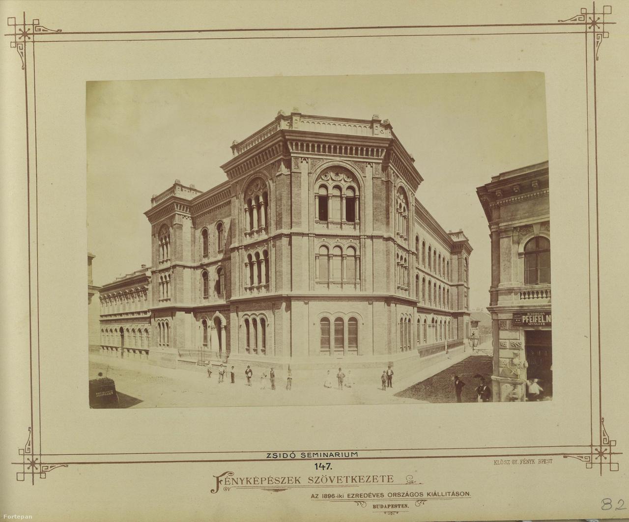 Az Országos Rabbiképző épülete a Gutenberg téren, 1890 körül. Szinte ez az egyetlen, amely nem változott az egykori  Főherceg Sándorról elnevezett téren: a többemeletes bérpaloták szorításában sokáig bírta még egy palánkkal körbevett földszintes házikó és toldozott-foldozott műhely. Aztán eltűnt ez a különös, hátrahagyott sziget, ahogy a Klösz-kép jobb oldali egyemeletes épülete is. Helyette a Magyarországi Könyvnyomdászok és Betűöntők Segélyező Egyesületének megbízásából Vágó József és Vágó László tervei szerint felépült a Gutenberg-otthon. A szecessziós épületbe, Lechner Ödön építész és Mándy Iván író egykori otthonába bárki besétálhat a hétvégén. A téren lesz történetírás mesekockákkal, aszfaltrajzok, lábbal rajzolt burkolatok, cementlap-nyomda és kaleidoszkóp-kukucskálás  Kauker Szilvivel és könyvecskekészítő foglalkozás.