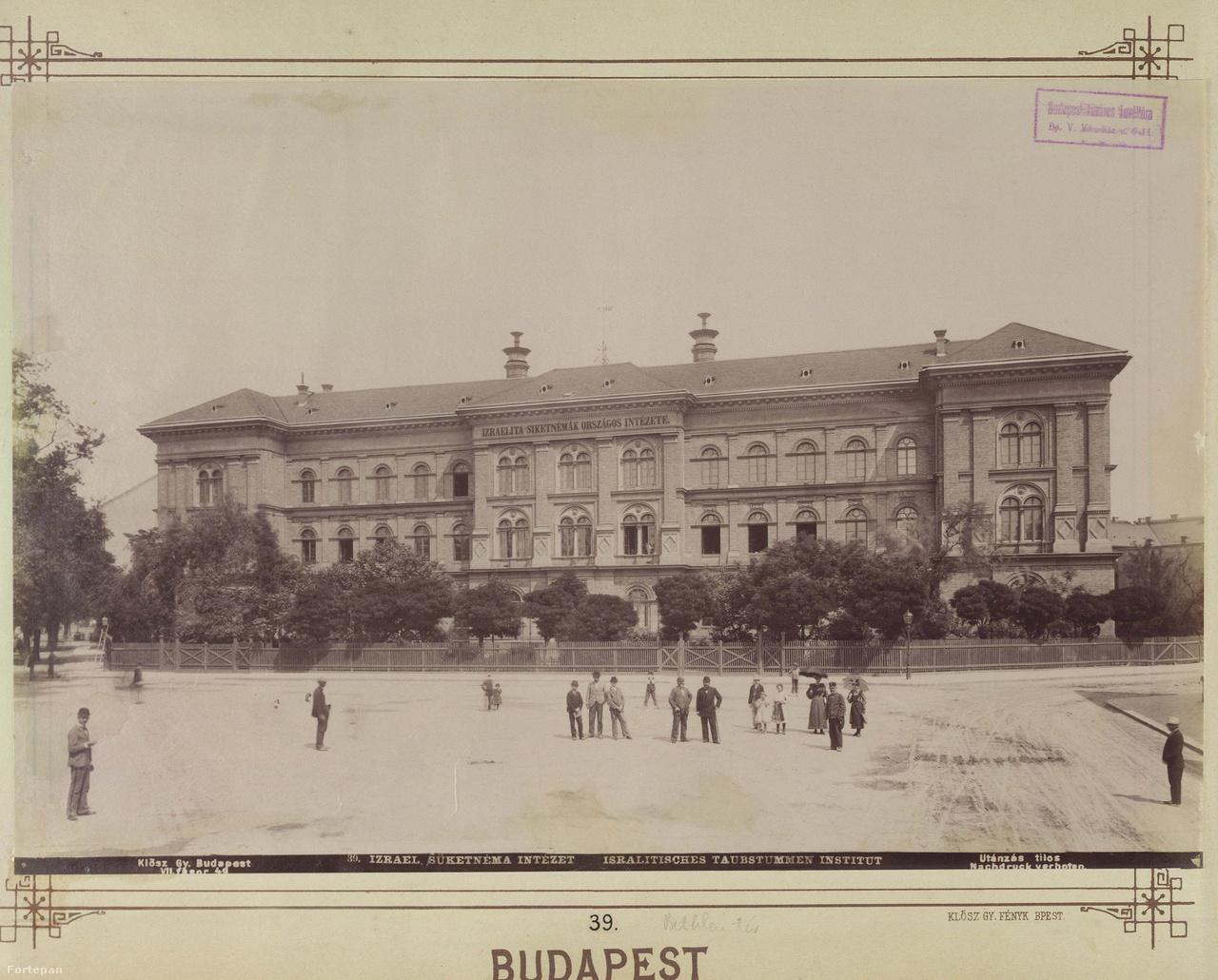 A rombusz alakú Bethlen Gábor tér egyik meghatározó épülete a volt Izraelita Siketnémák Budapesti Országos Intézete (ma McDaniel College), a másik Budapest legnagyobb, a második világháború előtt épült bérháza, a Reiner Dezső által tervezett Rákosi-udvar. Utóbbi, a Bethlen Gábor tér 3. a Csikágó legimpozánsabb épülete volt, orvosok, gyárigazgatók, tisztviselők, színészek lakhelye. A ház földszintjét eredetileg mozinak tervezték, az évtizedek során hol úgy, hol színházként működött, inspirált Móricz Zsigmond- és Békés Pál-regényt is. Az idei Budapest100-on a teret a Bethlen Téri Színház lakja be, és hív kultúrpiknikre  és improvizációra.