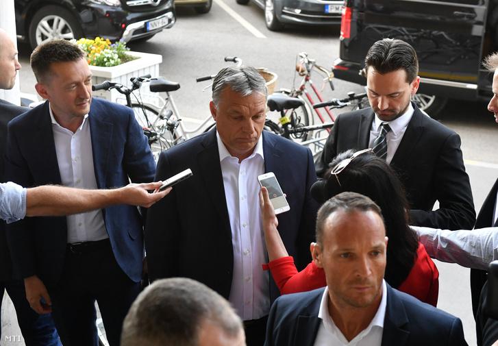 Orbán Viktor miniszterelnök, a Fidesz elnöke (k) a sajtó képviselõinek nyilatkozik a Képviselõi Irodaháznál a Fidesz-frakció zárt alakuló ülésének kezdete elõtt 2018. május 3-án. Balról Rogán Antal, a Miniszterelnöki Kabinetirodát vezetõ miniszter, jobbról Havasi Bertalan, a Miniszterelnöki Sajtóirodát vezetõ helyettes államtitkár.