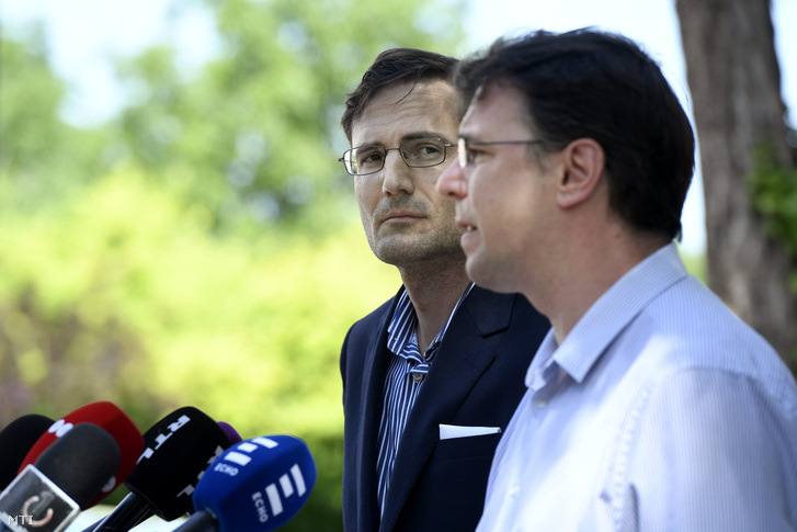 Gyöngyösi Márton (b) és Mirkóczki Ádám a Jobbik országgyűlési képviselői a párt frakciójának alakuló ülése után tartott sajtótájékoztatójukon Rácalmáson 2018. május 3-án.