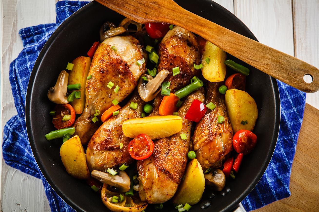Szaftos, tavaszi, sült csirkecomb sok zöldséggel, ínyenc házi pácban