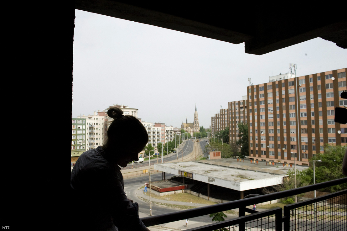 Egy kilakoltatásra váró nő kőbányai lakásuk teraszán 2013. május 2-án.