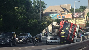 Tűzoltóautó dőlt egy személyautóra a Budaörsi úton, egy ember meghalt