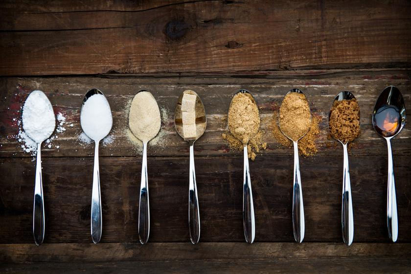 A finomított cukor minden formája tiltólistás, így az összes táplálék, melynek összetevői közt szerepel a cukor vagy bármilyen szirup. A kalóriamentes cukorhelyettesítők - stevia, eritrit - azonban megengedettek. Ez segít, hogy egyenletesebben alakuljon a vércukorszinted, így csökkenjen az étvágyad.