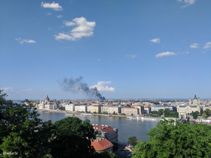 Messziről is látszik a füstoszlop