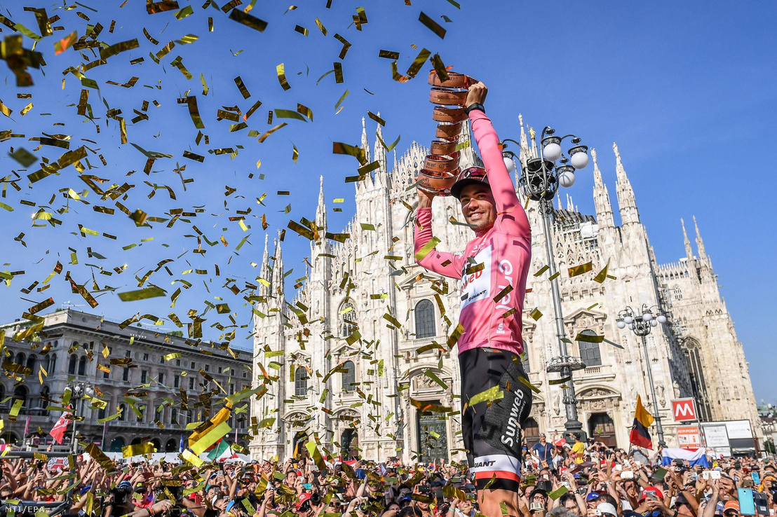 A holland Tom Dumoulin a Sunweb versenyzője ünnepel a bajnoki trófeával a 100. Giro d'Italia olasz országúti kerékpáros körverseny eredményhirdetésén Milánóban 2017. május 28-án.