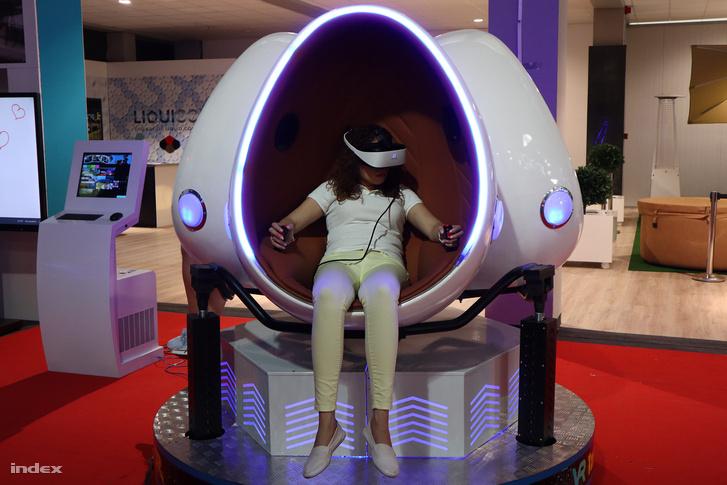 Három tojás alakú kapszulát ringató VR-berendezés.