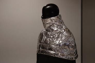 Részben mylarból (azaz hősugárzást visszaverő űrtechnológiás fóliából) készült viselet. Hogy ki készítette és mire való, nem derült ki, a próbaba mellé nem raktak semmiféle tájékoztatót.