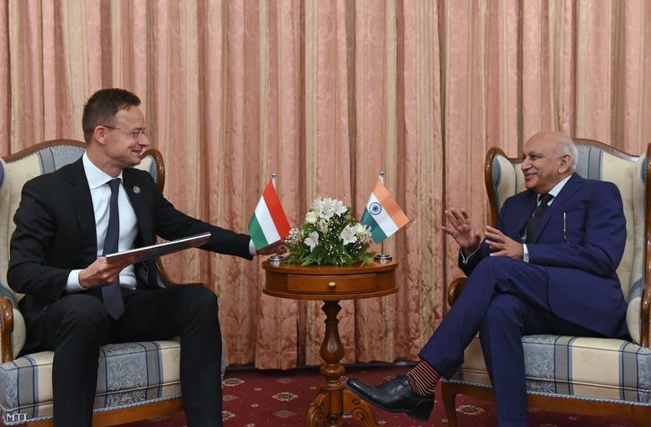 Szijjártó Péter külgazdasági és külügyminiszter (b) megbeszélést folytat Mubashar Javid Akbar indiai külügyi államminiszterrel Tádzsikisztán fővárosában, Dusanbéban 2018. május 4-én.