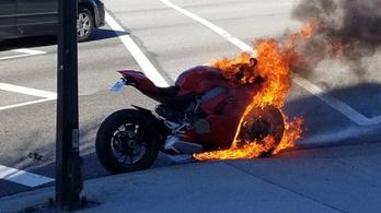Kell-e félned a tűzhaláltól, ha megáll melletted egy Ducati Panigale V4?