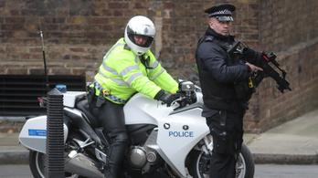 Kezdődik a pere a két dzsihadistának, akik késsel akarták megölni Theresa Mayt