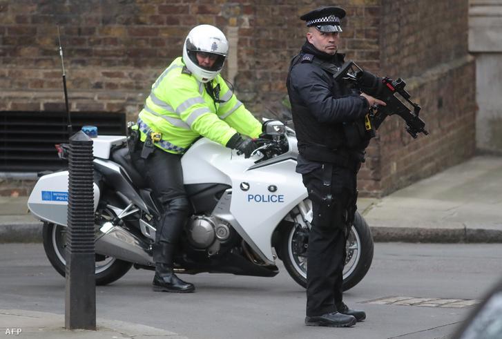 Rendőrök a Downing Streeten a merényletre készülők elfogása után