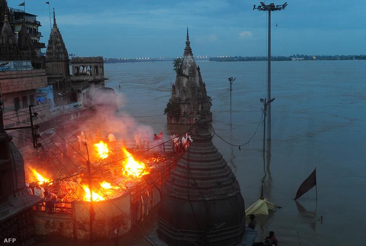 Halotti máglyák Varanasiban, a Gangesz partján