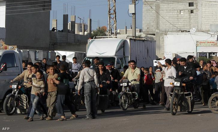 Az Aszad-rezsim ellen tiltakozó szíriaiak a Damaszkusztól 100 kilométerre fekvő Ankhal falu közelében, 2011. március 21-én