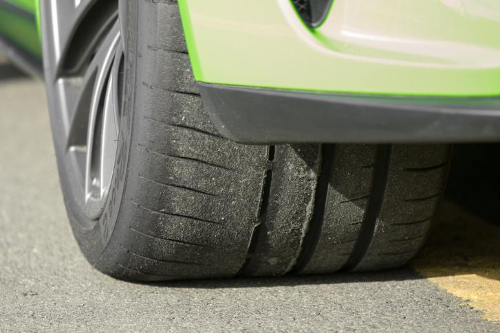 A Dunlop-gumikkal állítólag kevésbé ideges az RS