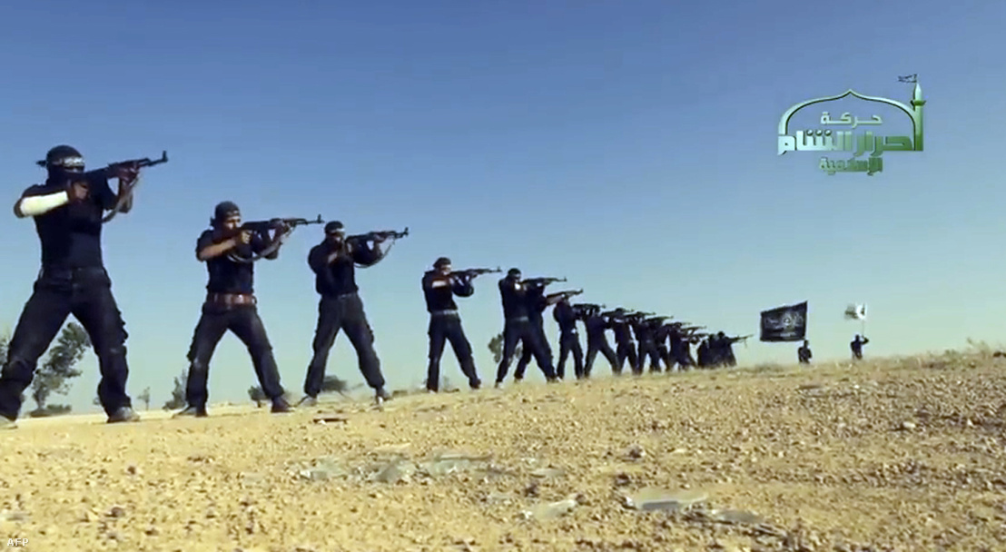 Az Ahrar as-Sám csoport által feltöltött propaganda videóból vett képkocka a szervezet egyik meg nem nevezett helyszínen működő kiképzőtáborából, 2013-ban.