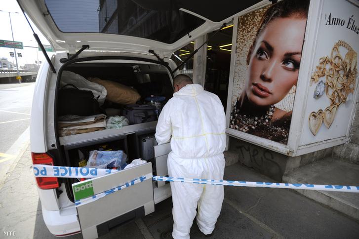 Bűnügyi technikus helyszínel egy ékszerbolt előtt Budapesten, a Váci út és Róbert Károly körút kereszteződésénél 2018. május 4-én, miután az üzletet kirabolták.