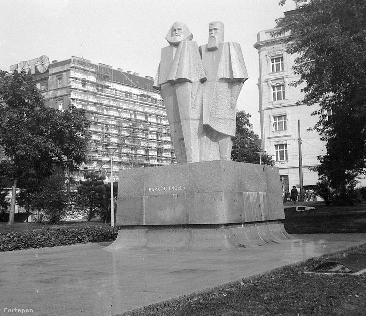 Budapest V. Jászai Mari tér, Marx és Engels szobra, 1970