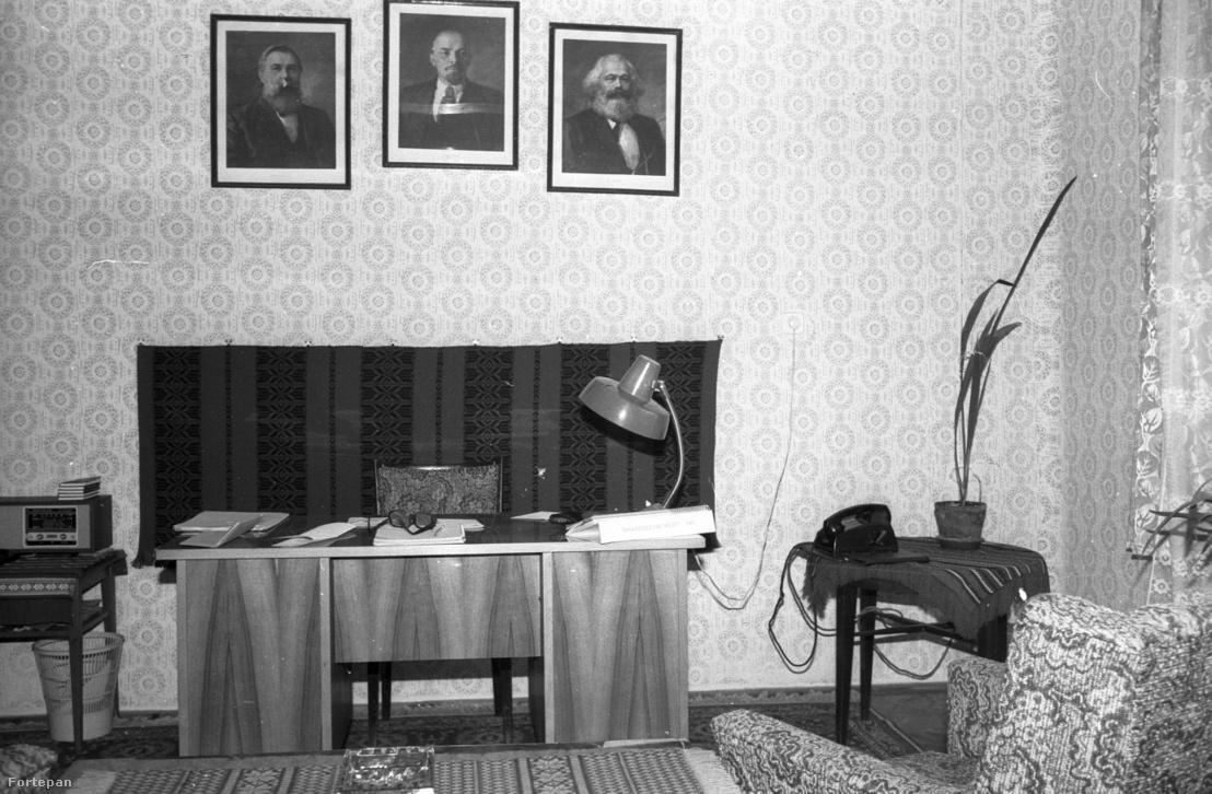 Irodabelső az elmaradhatatlan kommunista szentháromsággal (1983)