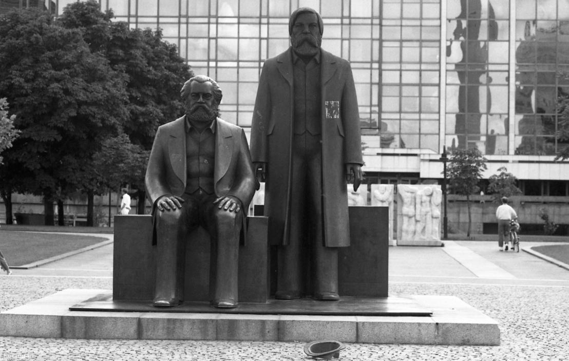 1990, Németország, Berlin, Marx-Engels-Forum, Marx és Engels szobra (Ludwig Engelhardt, 1986.), háttérben a Köztársasági Palota.