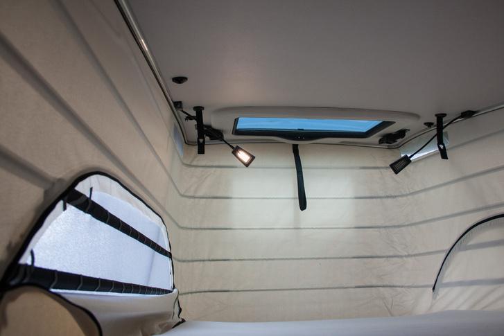 Nyitható tetőablak, két olvasólámpa változtatható fényerővel