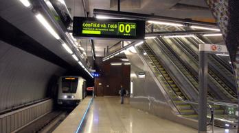 Beszorult egy idős nő a 4-es metró és a peron közé