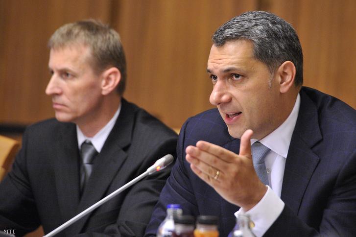 Lázár János Miniszterelnökséget vezető miniszter az Országgyűlés nemzetbiztonsági bizottsága előtti meghallgatásán a Képviselői Irodaházban 2015. június 23-án. Mellette Pásztor István, az Információs Hivatal vezetője.