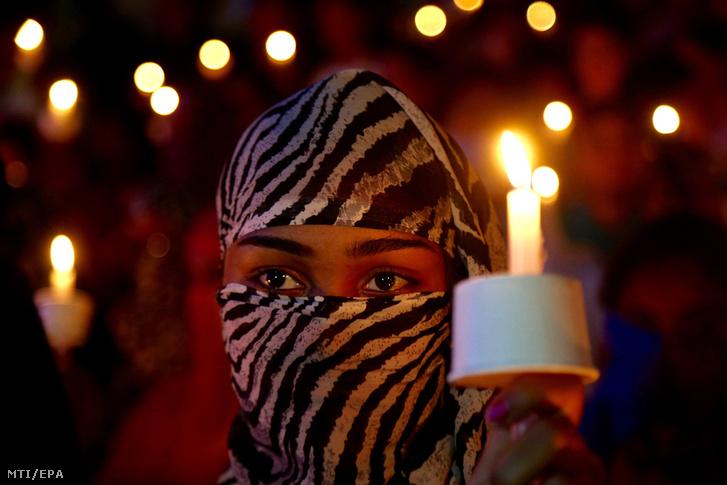Gyertyás virrasztáson vesz részt egy nő egy csoportos nemi erőszak és gyilkosság áldozatául esett nyolcéves indiai lány emlékére Bengaluruban (korábban Bangalor) 2018. áprlilis 17-én.