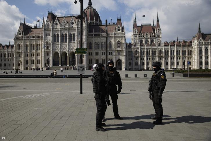 A Terrorelhárítási Központ (TEK) munkatársai a Parlament közelében a Kossuth téri metróállomásnál 2016. március 22-én.