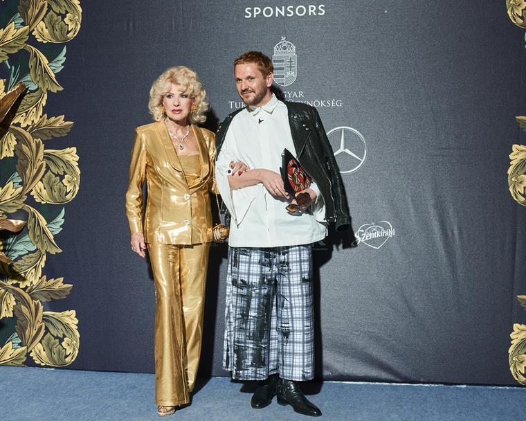 A 77 éves Medveczky Ilona természetesen tetőtől-talpig aranyban érkezett az Abodi showra.