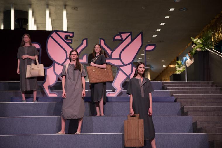 A kifutókon tartott showk mellett voltak, akik prezentáció keretében mutatták be munkáikat az látványosra sikerült BCEFW logó előtt.