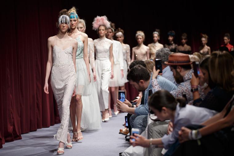 Hazánk egyik legismertebb menyasszonyi ruha tervezője, Sármán Nóra is bemutatta legújabb kollekcióját.