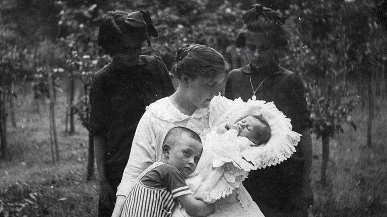 Száz év anyaság időtlen pillanatai