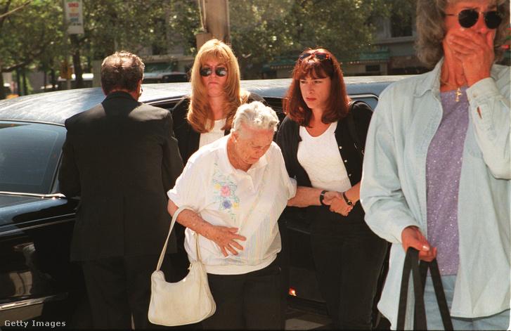 Az áldozatok hozzátartozói érkeznek a temetésre