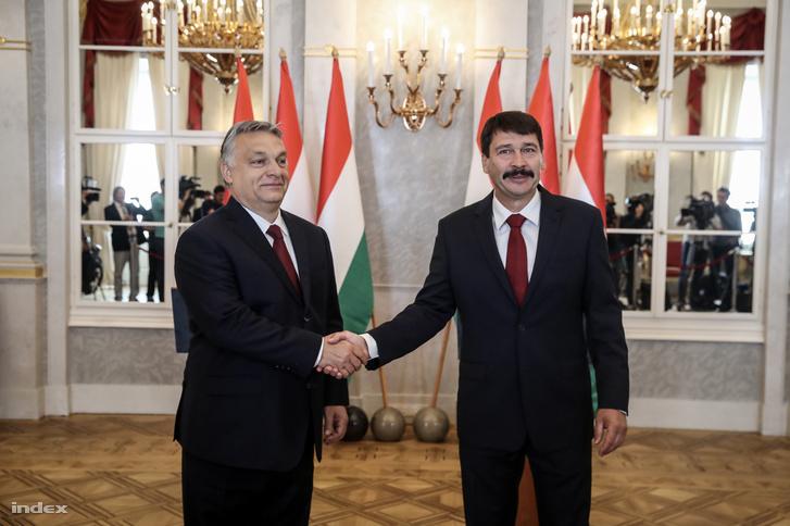 Áder János köztársasági elnök (j) fogadja Orbán Viktor miniszterelnököt, a Fidesz elnökét, az országgyűlési választásokon győztes Fidesz-KDNP pártszövetség miniszterelnök-jelöltjét a Sándor-palotában az Országgyűlés másnapi alakuló ülése előtt, 2018. május 7-én.
