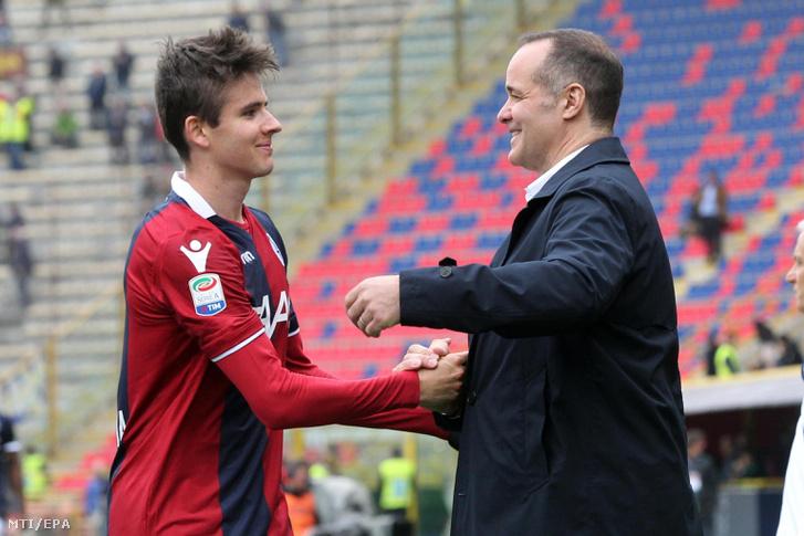 A csapatának második gólját szerző Nagy Ádám, a Bologna játékosa Joey Saputo klubelnökkel, miután a Bologna 2-0-ra győzött a Verona ellen az olasz első osztályú labdarúgó-bajnokságban játszott mérkőzésen a bolognai Renato Dall'Ara Stadionban 2018. április 15-én.