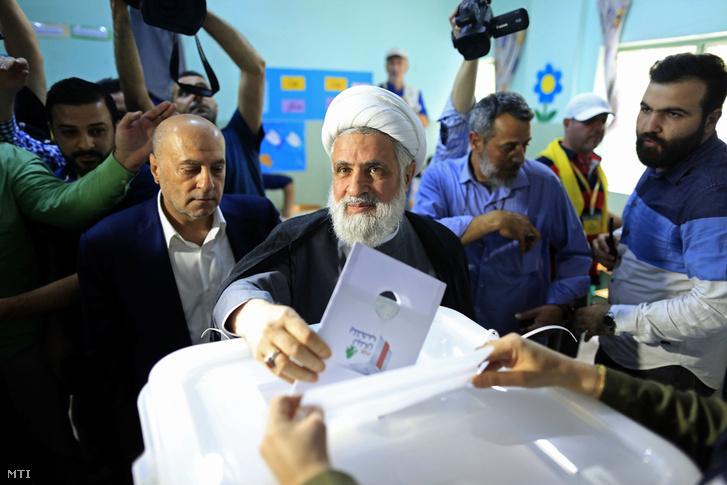 Naím Kászim sejk, a Hezbollah libanoni síita mozgalom helyettes vezetője szavaz a libanoni parlamenti választásokon Bejrútban 2018. május 6-án.