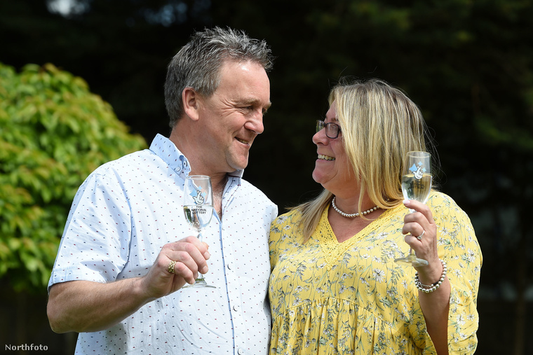 Szóval, ha egyszer abba a helyzetbe kerül, hogy szeretné egyedi módon világgá kürtölni, hogy lottómilliomos lett, akkor az angol házaspár példájából akár inspirálódhat.csin-csin!