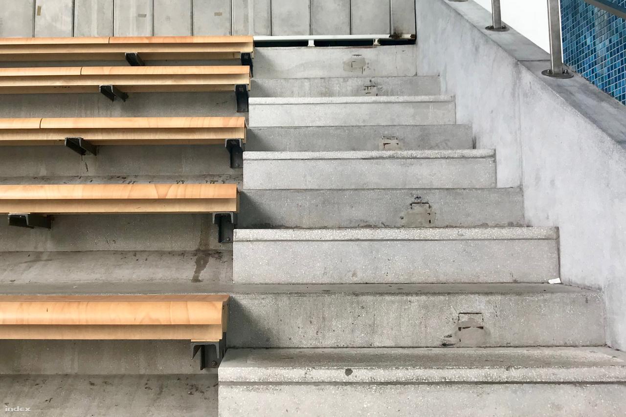 A tervezőasztalon még nem tűnt annyira fontosnak, a helyszínen viszont hamar kiderült, hogy az ülőhelyek megközelítéséhez nem ártana lépcsőt is építeni. Apróbb bökkenő, hogy addigra már a padsorokat akkurátusan kihúzták egészen a falig. Szerencsére a magyar lelemény és egy flex segítségével sikerült orvosolni ezt a problémát is.