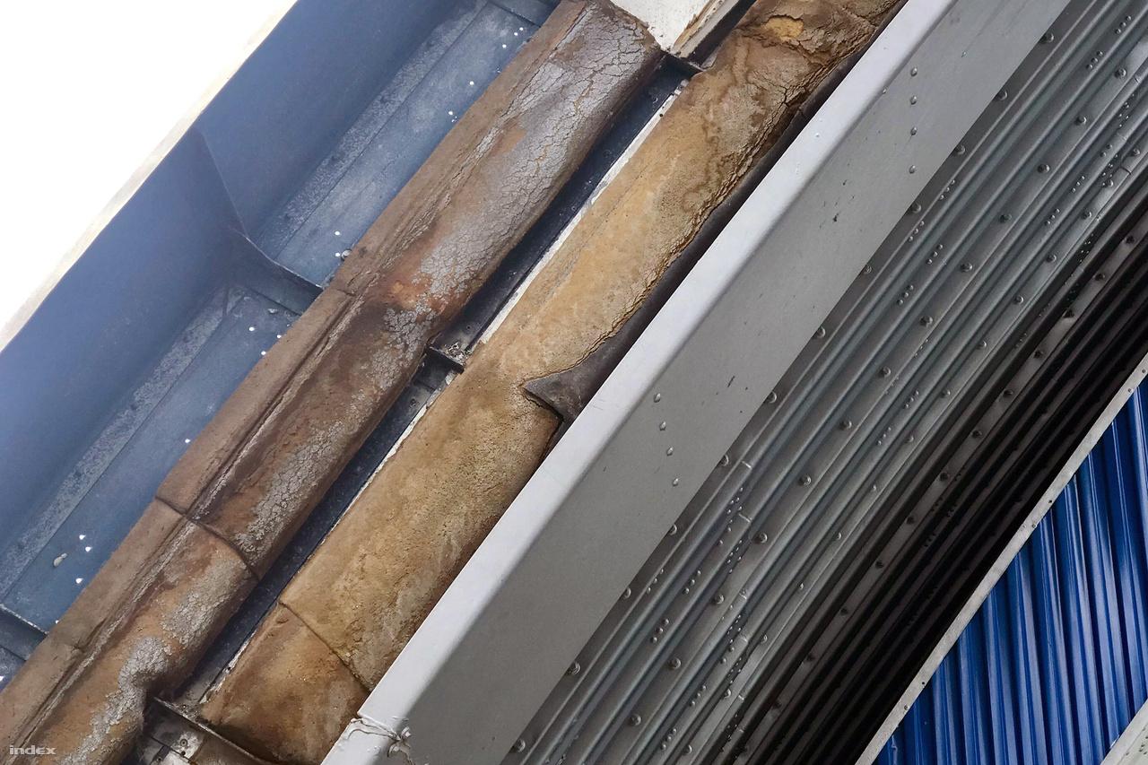 A Komjádi jellegzetes, nyitható tetőszerkezete hosszú évekig nem működött, a vébére viszont megjavították.                            Laikusként azt mondanánk, hogy a szigetelése mintha máris elöregedett volna, de simán lehet, hogy ez mindig is ilyen volt, és mindig is ilyen marad!