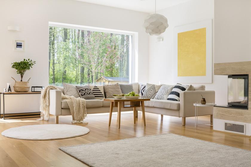 A nagy, nyitott és világos terekhez jolly joker a világos színű, kőris vagy bükk laminált padló.