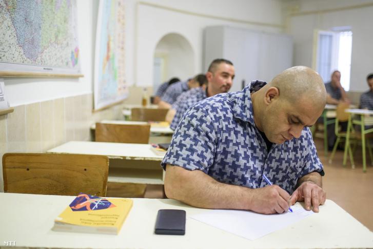 A fogvatartottak adatlapot töltenek ki a matematika írásbeli érettségi vizsga előtt a Balassagyarmati Fegyház és Börtönben 2017. május 9-én.