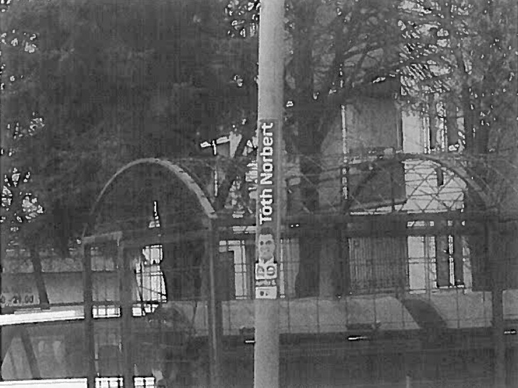 A kifogásban szereplő eredeti kép. Az NVB szerint itt műemlékek védelme érdekében tilos plakátolni.